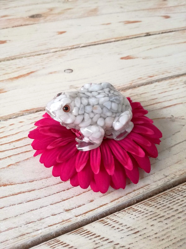 Jumpy the frog cm 7 x 6 xh4 White Pebbles